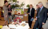 Галина Германовна (вторая слева) наблюдает, как ребятишки «справляются» с развивающими играми. Фото В. Бербенца