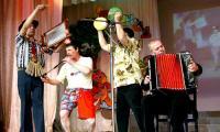 Выступают «Балагуры» — Георгий Якимов второй слева. Фото В. Капустина