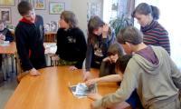 Одним из увлекательных этапов весенней части проекта стала игра-бродилка «В книжных дебрях библиотеки». Двум командам ребят из 30-й школы нужно было найти подсказки в залах библиотеки, чтобы получить приз — торт. Фото из архива МБС