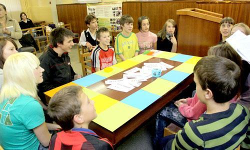 Финская монополия — «олополи» — сдружила ребят. Фото В. Капустина