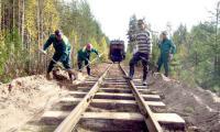 Ширина дороги всего 750 мм. На путях работает бригада СМУП «Белое Озеро». Фото автора