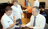 Прибывшая в кабинет мэра бригада «Скорой помощи» сообщила: основные показатели здоровья градоначальника в норме.