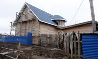 Растёт новый дом за посёлком на улице Южной. А вы готовы стать соседями и строить свой собственный? Фото В. Капустина