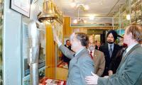 Склянки бьёт секретарь министерства обороны Индии Шикар Дат. Фото из фонда музея