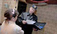 Один из ежемесячных визитов инспектора ОПДН в неблагополучную семью. Фото В. Капустина