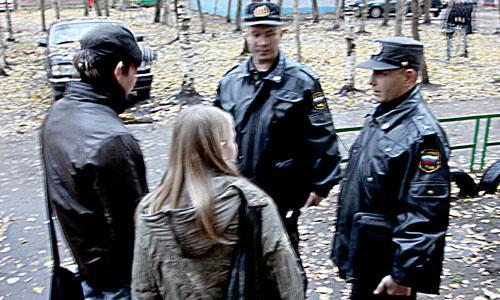 С подростками беседуют инспекторы Сергей Меньшаков и Андрей Савкин. Фото В. Капустина