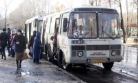 Когда долго стоишь на остановке, времени нет выбирать, частный автобус или муниципальный. Фото В. Капустина