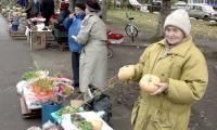 А частники, как и раньше, торгуют на пр. Труда. Фото В. Капустина