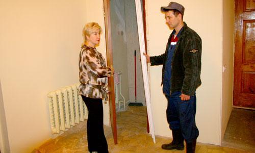 В редакции идет ремонт, контролирует его Надежда Антонова. Муниципальные помещения приводят в порядок. Фото В. Бербенца