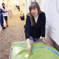 М. Ворожейкина показывает макет территории нёнокского соляного промысла. Фото В. Бербенца