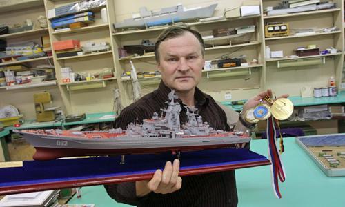 С победоносным крейсером и последними наградами. Фото В. Капустина