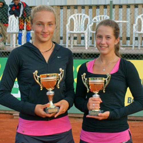 Победители турнира ITF в Швеции К. Шарифова и Д. Лодикова (справа).