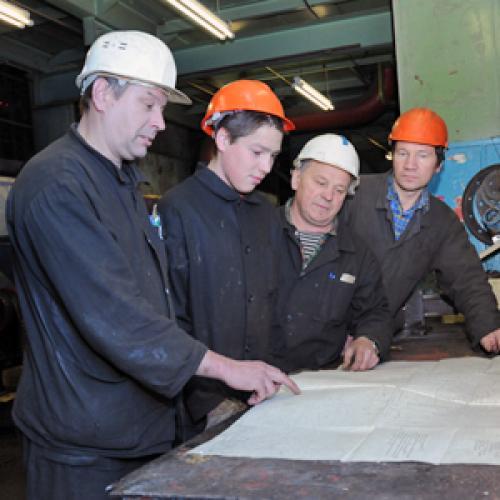 Бригадиру Владимиру Кряталову (на снимке второй справа) всегда есть что  обсудить с коллегами. Фото В. Николаева