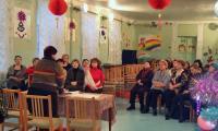 У педагогов сегодня собрание в украшенном по-новогоднему актовом зале. Только по «баскетбольной» разметке на полу можно догадаться, что  не так давно это был спортзал. Фото Г. Чарупы
