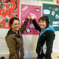 В школах Норвегии проводятся уроки, на которых ученики создают плакаты, пособия и даже мини-книги на социальные темы. Это презентация плакатов о вреде алкоголя для подростков. Фото автора