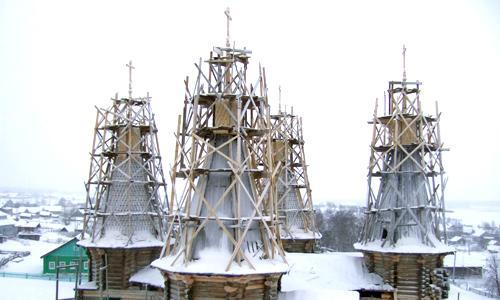 На четырёх боковых шатрах пока нет главок, но кресты уже установлены. Фото Г. Чарупы