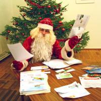 Редакционный Дед Мороз принял к сведению все просьбы... Фото В. Бербенца