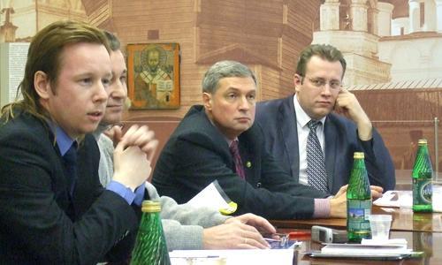 Участники «круглого стола» расположились на фоне исторического снимка монастыря (слева направо: В. Абрамовский, А. Климов, П. Лизунов, С. Шаляпин). Фото Г. Чарупы