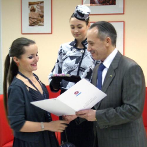 Приз из рук мэра получает корреспондент «СР» Е. Курзенёва. Фото В. Бербенца