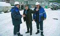 Директор СЗСМ В.В. Малков (в центре) с мастером формовочного участка П.В. Кононенко и главным инженером В.Г. Вишняковым.Фото В. Бербенца