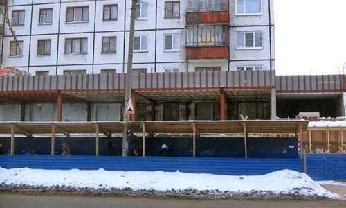 Так парапет закрывает окна на втором этаже. Фото автора