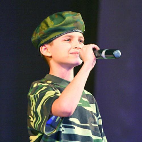 «Солдатскую песню» исполняет Саша Хилобок (НТЦ «Звёздочка»).