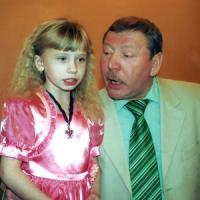 Внучка А. Лебедева Алёна, как и дедушка, вышла на сцену в семь лет, спев на его юбилее песню «Катюша». Фото Г. Туториной