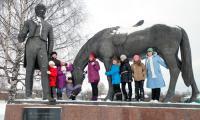 В Вологде наши артисты не могли не сфотографироваться у известного памятника поэту Батюшкову. Фото из архива участников поездки
