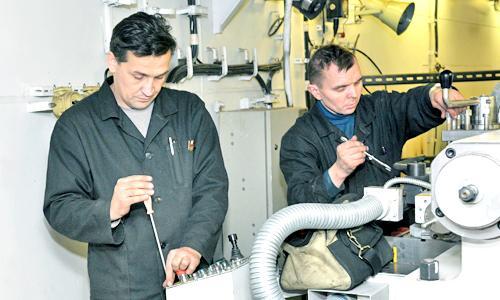Евгений Гусев и Сергей Потылицын (РМС) за наладкой станков. Фото В. Ковпака