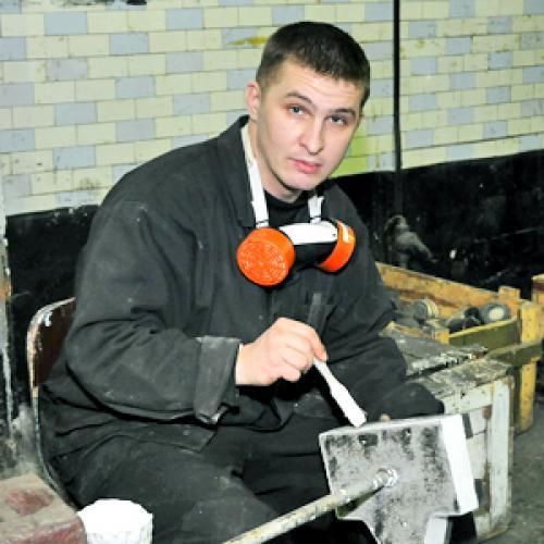 Гуммировщик 4-го разряда Артем Андреев. Фото В. Николаева