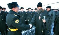Владыку приветствует командир АПЛ «Александр Невский» капитан первого ранга Дмитрий Нестеров. Фото В. Бербенца