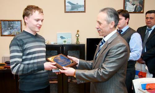 С заслуженной наградой Д. Ульяничев. Фото В. Бербенца