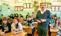 Главный «урок Ломоносова» В. Михайлов дал в родной школе № 11, приехав в Северодвинск всего на пару дней. Фото В. Бербенца