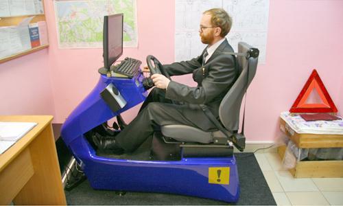 Андрей Снятков: «Прежде чем сесть за руль настоящего авто, можно отработать основные навыки на «виртуальном». Фото В. Бербенца