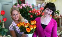 Журналист-флорист Мария Романова с  наставницей Анастасией Смолиной (слева). Фото В. Бербенца