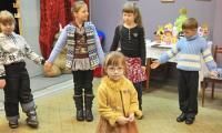 Все дети хотят, чтобы рядом были мама и папа. У героини одной из наших предыдущих публикаций Насти теперь есть семья. Фото В. Бербенца