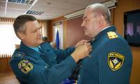 Генерал-майор М. Бусин вручает награду С. Гордейчуку. Фото М. Черткова