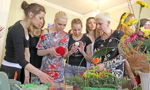 Флорист Татьяна Заворохина обучает девушек премудростям составления пасхальной композиции. Фото В. Капустина