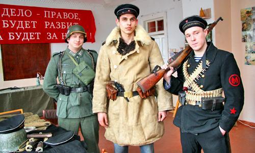 Г. Стародуб в форме солдата вермахта (образца 1941 г., слева), старшина РККФ С. Загурский (1943) и краснофлотец А. Мазур (1941). Фото В. Бербенца