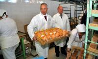 Директор хлебокомбината В. Мостович познакомил главу города с производством, рассказал о новых видах продукции. Фото В. Бербенца