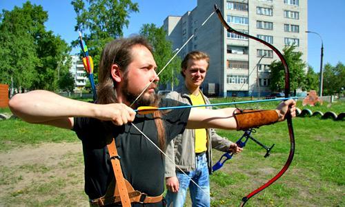 В руках у Руслана (на первом плане) традиционный лук, у Дмитрия — классический (олимпийский). Фото В. Бербенца